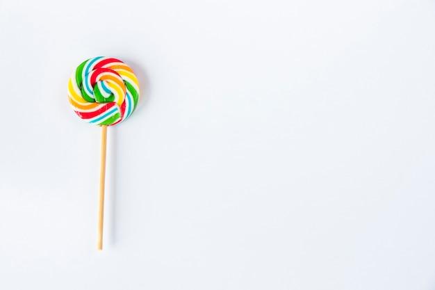 Bonbons colorés, sucette sur fond blanc, multicolore