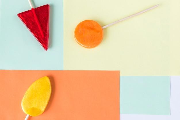 Bonbons colorés, sucette sur fond de couleur, multicolore