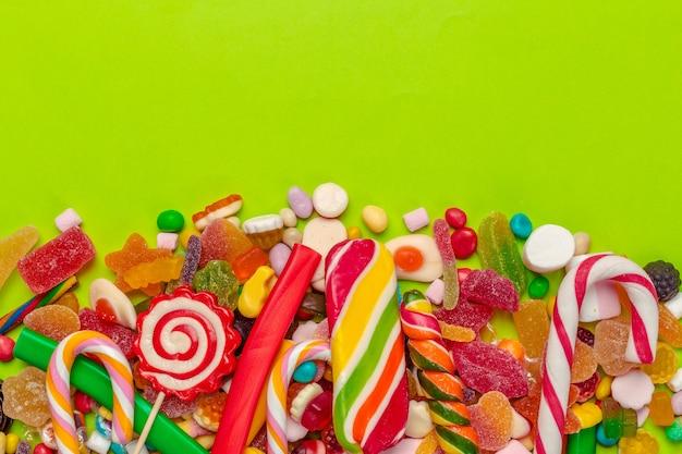 Bonbons colorés sur le vert