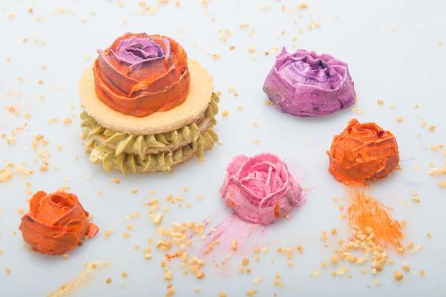Bonbons à la crème au beurre avec des formes de fleurs et de biscuits