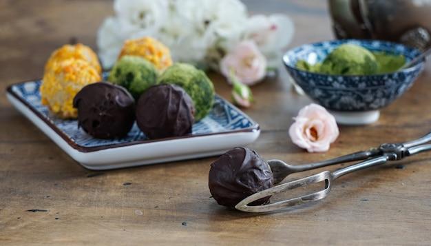 Bonbons crus végétaliens, sans gluten, sans sucre, nourriture saine