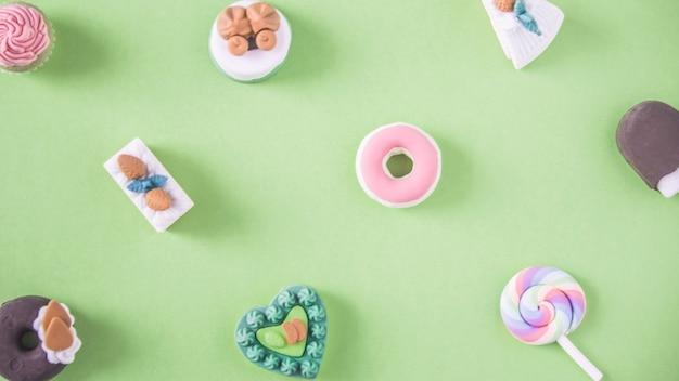 Bonbons dans un motif coloré