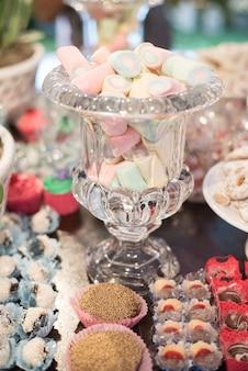 Bonbons et décoration sur la table - thème du jardin anniversaire des enfants