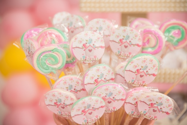 Bonbons et décoration sur la table - thème du jardin à thème pour enfants