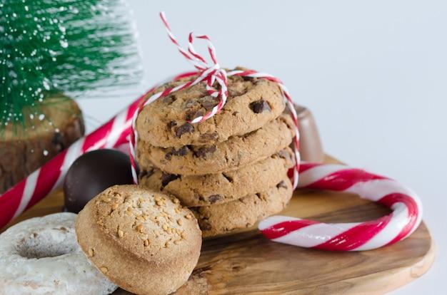 Bonbons avec décorations de noël et table de cuisine en bois d'olivier.