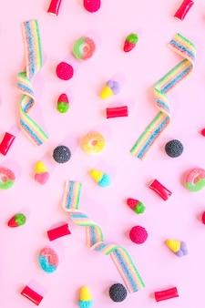 Bonbons dispersés sur une table rose