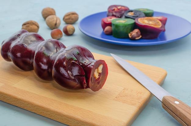 Bonbons du moyen-orient. dessert de pulpe de fruits secs et de noix. couper les couches de pastila. mode de vie sain. bonbons sains. churchkhella.