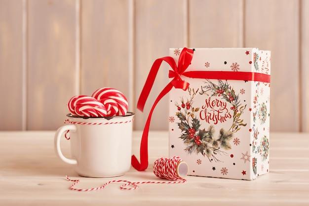 Bonbons du nouvel an guimauves, sucettes et lait sur la table avec des cadeaux