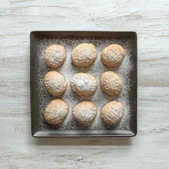Bonbons du ramadan sur une assiette carrée. biscuits égyptiens