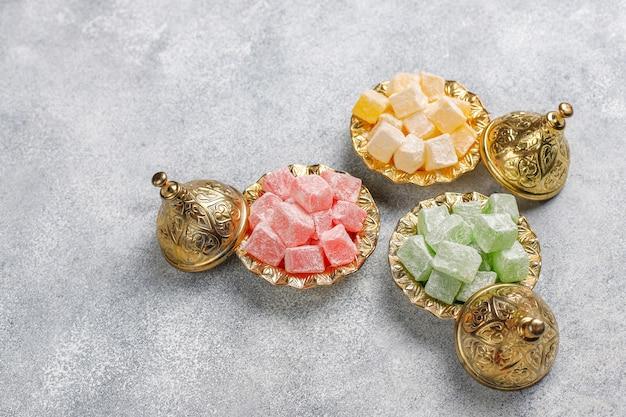 Bonbons de l'est délice turc, lokum aux noix, vue de dessus.