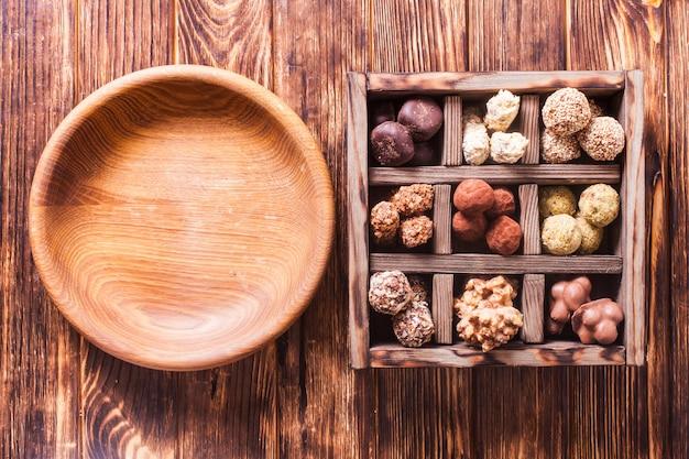 Bonbons faits à la main au chocolat et table en bois vide, place vide pour le texte