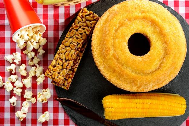 Bonbons de fête junina brésiliens typiques - vue de dessus avec espace de copie. gâteau au maïs
