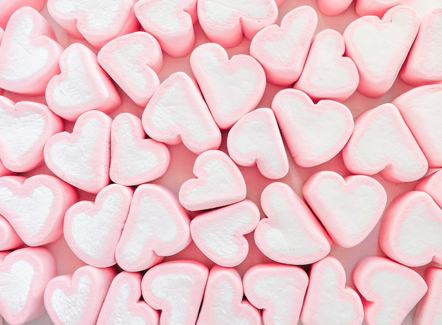 Bonbons en forme de coeurs de guimauve rose.