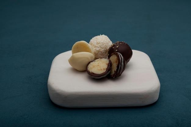 Bonbons fourrés au fromage, recouverts de blanc et de chocolat