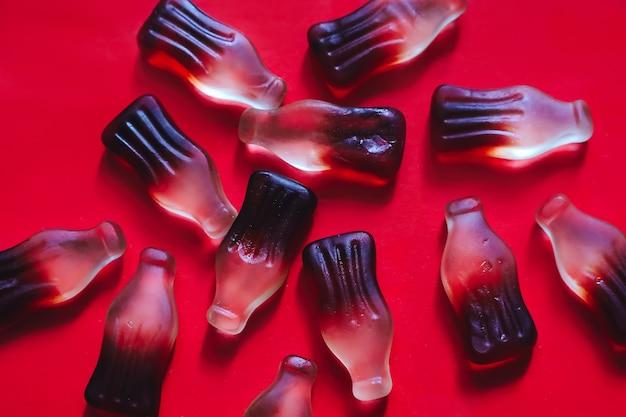 Bonbons à la gelée de cola gommeux en forme de bouteille, toile de fond douce