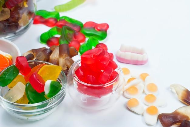 Bonbons à la gelée différents sur fond blanc