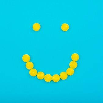 Bonbons à la gelée smiley sur la table bleue
