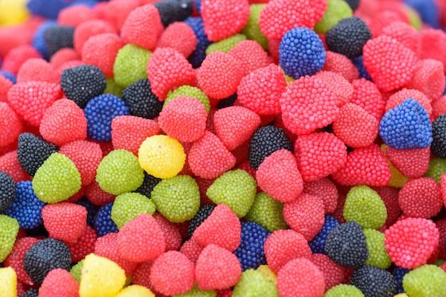 Bonbons gommeux en forme de framboises ou de mûres multicolores
