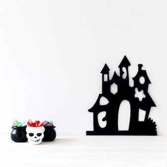 Bonbons d'halloween près du château effrayant