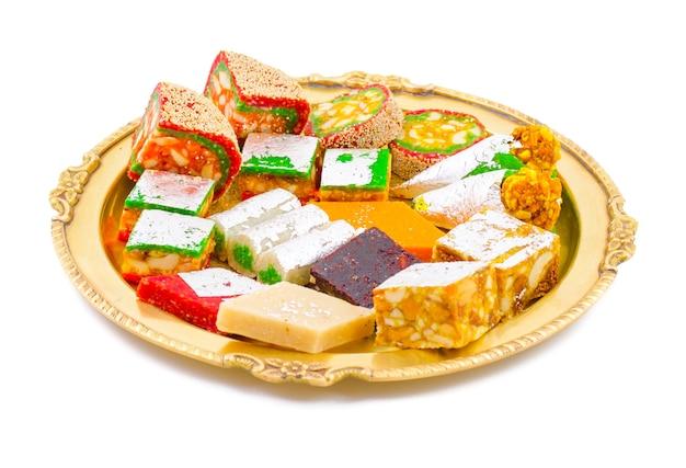 Bonbons indiens fruits secs sur fond blanc