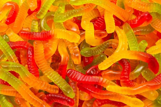 Bonbons juteux à la gelée colorée. bonbons gommeux. serpents.