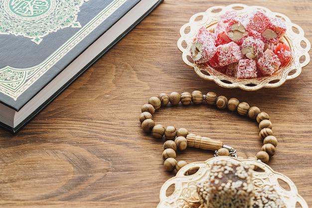 Bonbons loukoums sur une plaque orientale en métal close up