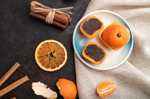 Bonbons mandarine au chocolat truffe sur fond de béton noir
