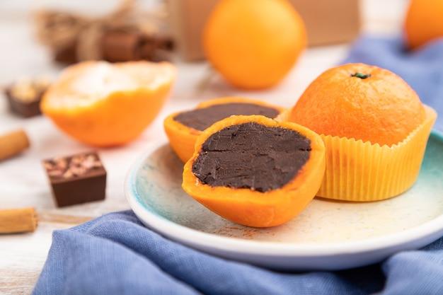 Bonbons mandarine au chocolat truffe sur fond de bois blanc