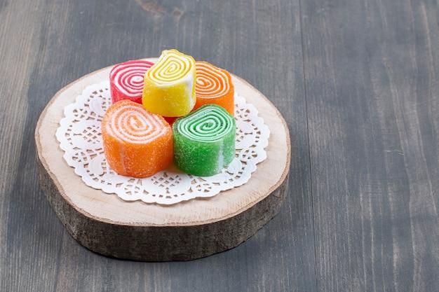 Bonbons marmelade colorés sur pièce en bois