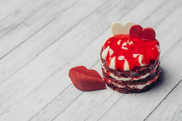 Bonbons à la marmelade gâteau rond rouge sur une assiette pour le dessert au thé