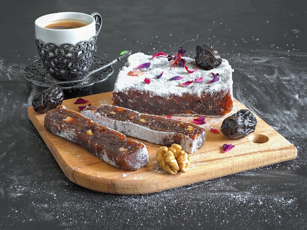 Bonbons de marmelade orientale aux fruits de la date, bonbons orientaux sur une surface noire.