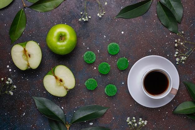 Bonbons marmelade vert pomme au sucre. dessert sain pour les gourmets.