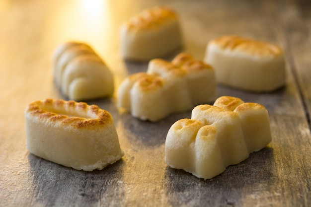 Bonbons de massepain de noël sur une table en bois dessert typique de noël espagnol