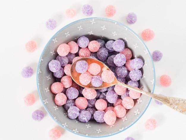 Bonbons mauves et roses dans un bol