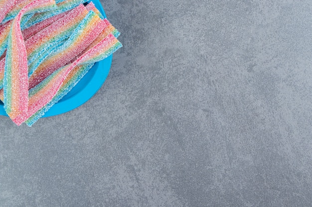Bonbons moelleux aigres sur plaque bleue.