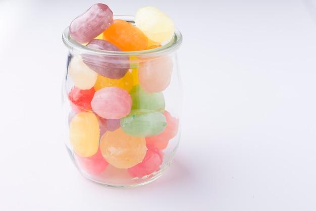 Bonbons multicolores dans des bocaux en verre