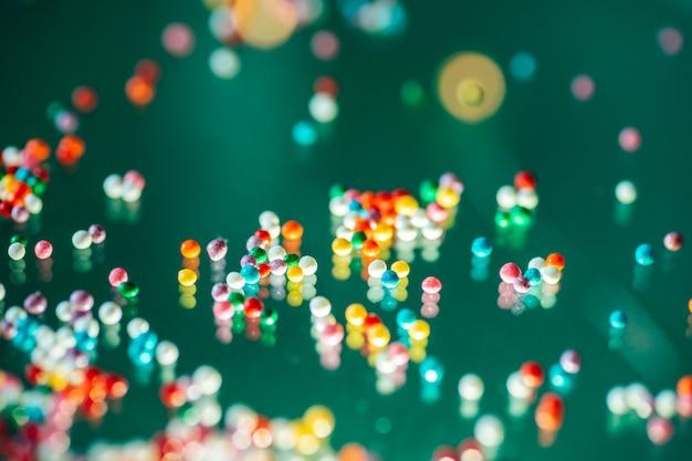 Bonbons multicolores sur fond vert