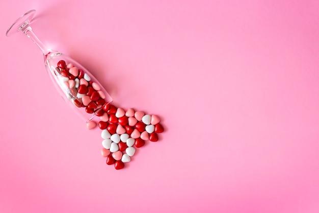 Bonbons multicolores ou pilules en forme de coeurs. concept saint valentin ou médecine, pharmacie, cardiologie.