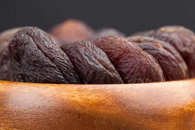 Bonbons naturels de couleur foncée à base d'abricots, abricots séchés naturels au soleil