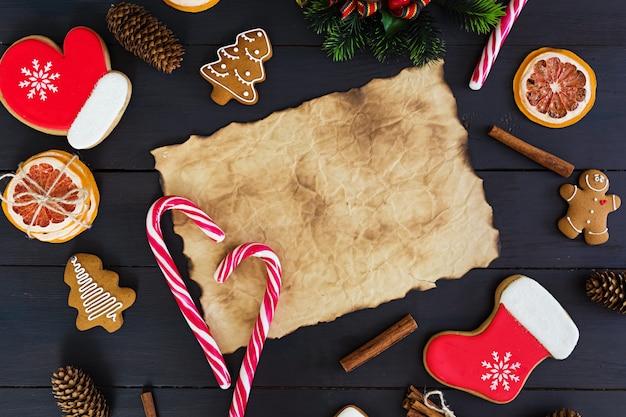 Bonbons de noël, biscuits au gingembre sur une surface en bois
