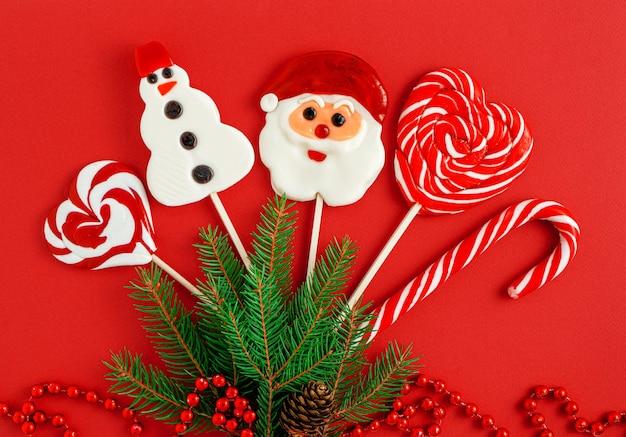 Bonbons de noël décorés sur fond rouge