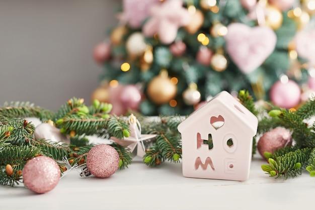 Bonbons de noël sur fond d'arbre de noël. noël décoré rose. bonne année! dessert traditionnel du nouvel an. copiez l'espace.