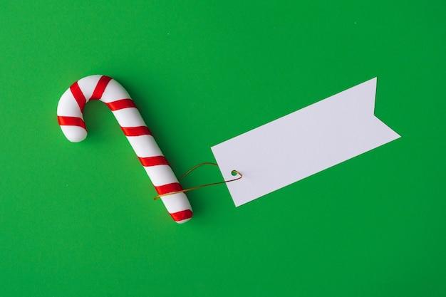 Bonbons de noël avec note de carte papier. mise à plat minimale.