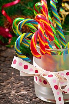 Bonbons de noël sur une table en bois