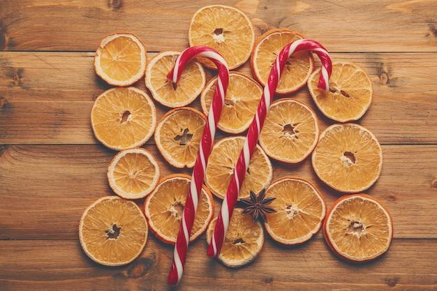 Bonbons de noël avec des tranches d'orange sur table