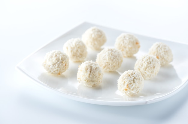 Bonbons à la noix de coco sur plaque blanche