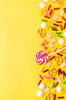 Bonbons à plat poser sur fond jaune