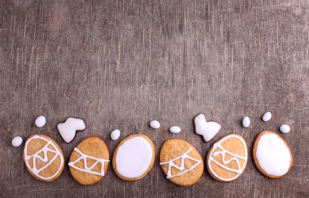 Des bonbons pour fêter pâques. biscuits en forme d'oeufs de pâques.