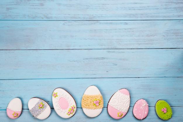 Des bonbons pour fêter pâques. pain d'épice en forme d'oeufs de pâques.