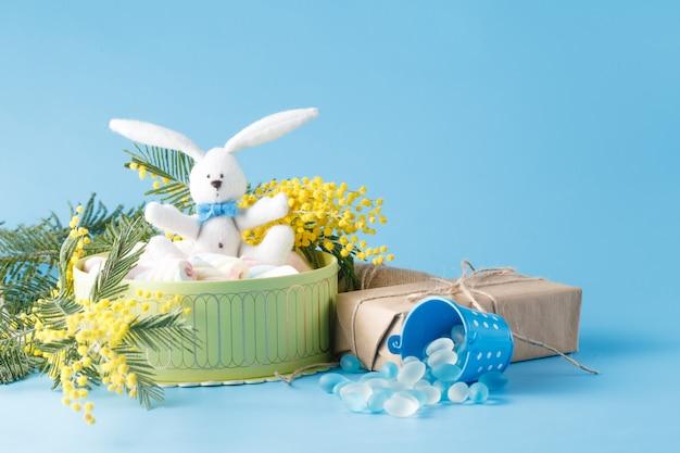 Bonbons présents dans une boîte avec un lapin blanc